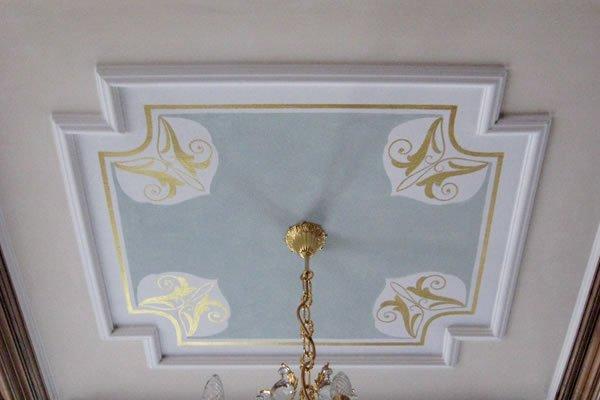 Soffitto velato con decorazioni in oro / Lasieerte Decke mit Goldornament